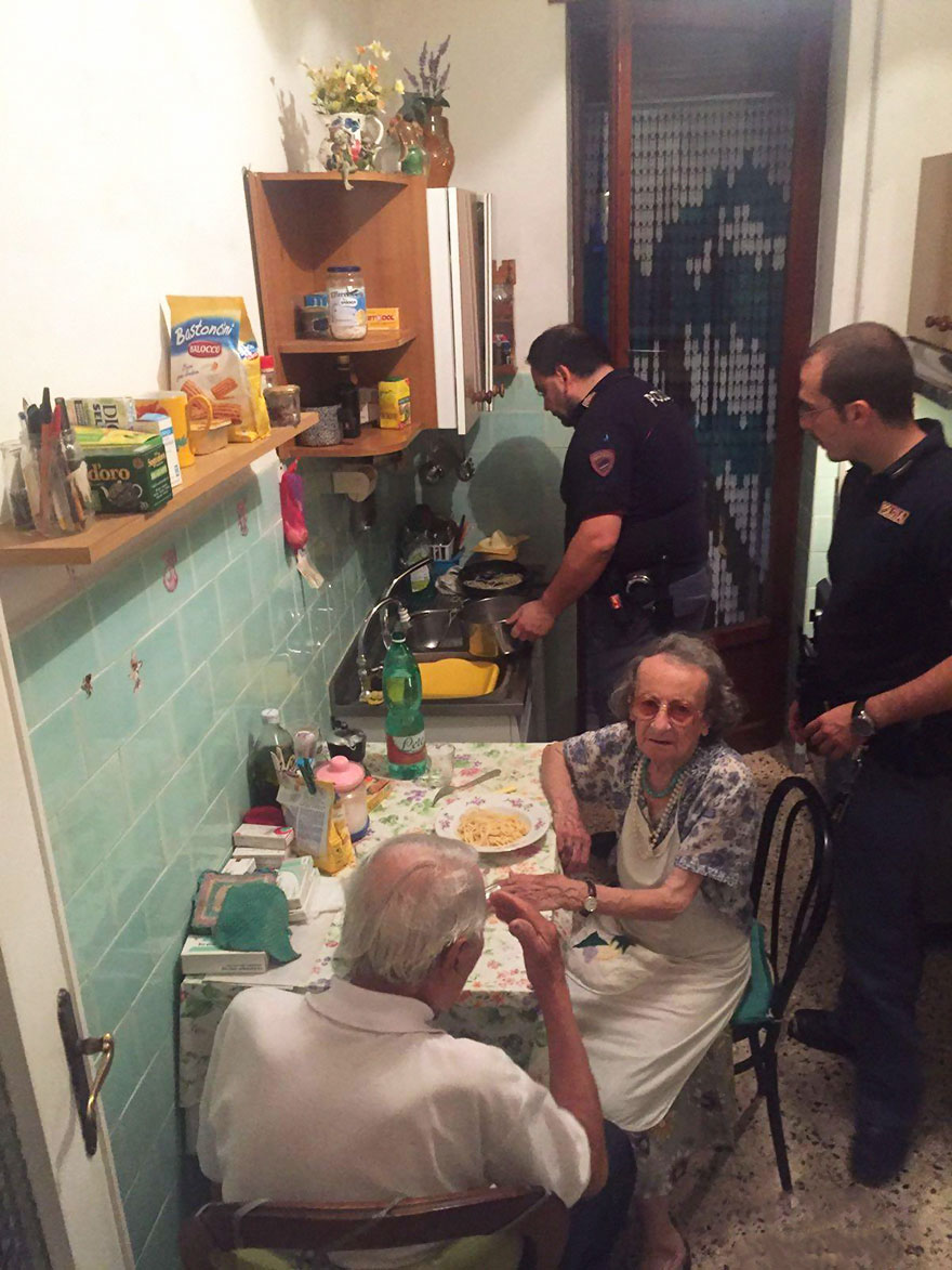 old-couple-cries-police-cook-pasta-rome-2a